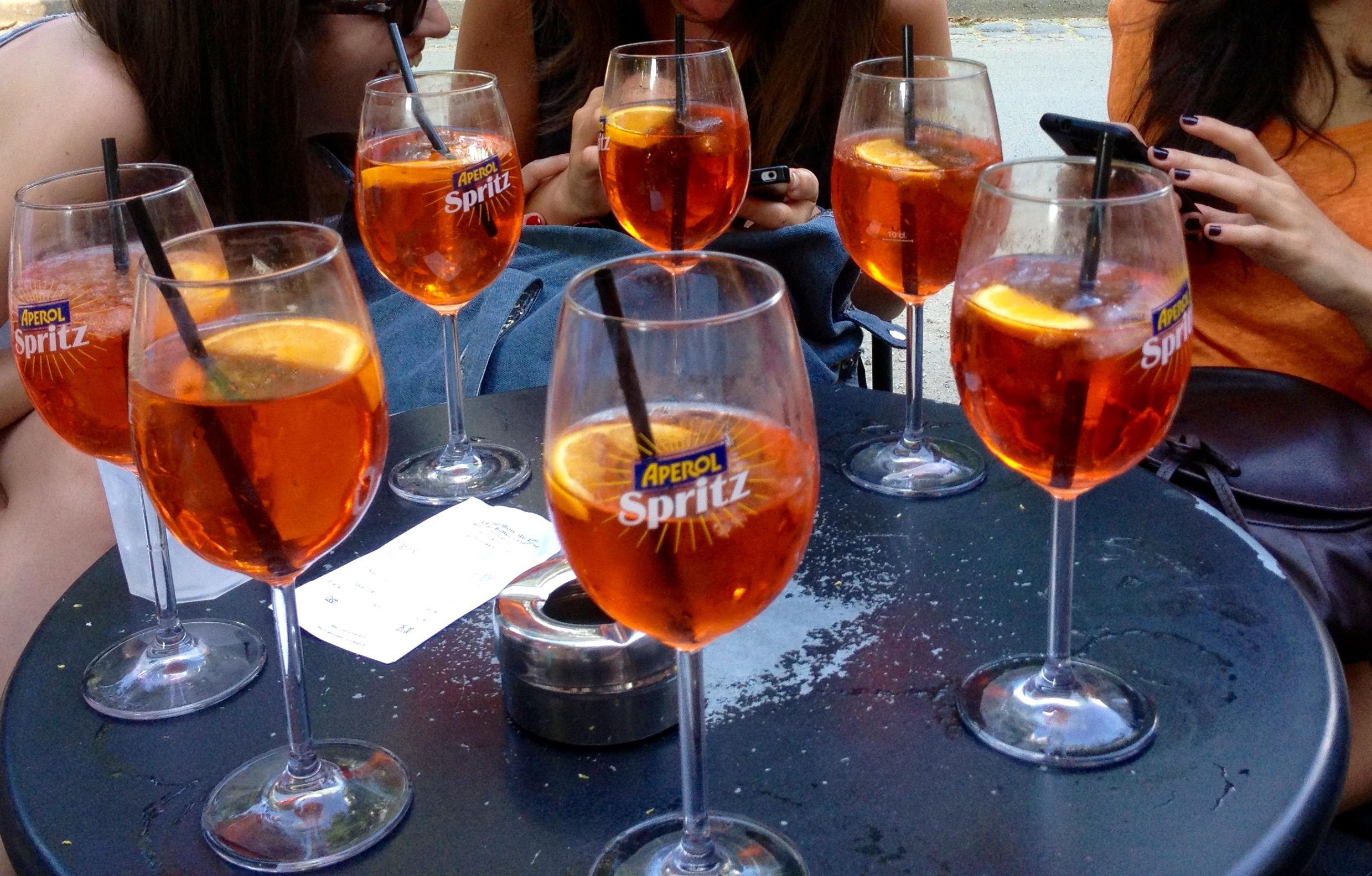 La vie en orange spritz terrazze parigi d 39 estate for Bicchieri aperol spritz